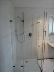 2-09-bodengleiche-dusche-mit-duschwanne-weiss