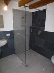 2-11-granitboden-mit-glas-duschwand