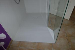 4.02-Duschwanne-aus-Mineralguss-Bodeneben-eingebaut-nach-Zeichnung-gefertigt