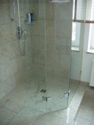 4.06-Granit-an-Wand-und-Boden-mit-Pflegeleichter-Duschwand