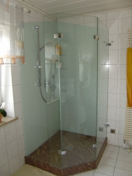 4.08-Granit-am-Boden-an-Glas-Rückwände-weißer-Siebdruck-mit-Pflegeleichter-Duschwand