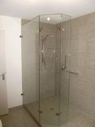 4.09-Granit-an-Wand-und-Boden-mit-pflegeleichter-Duschwand