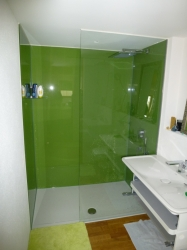 5.07-Geklebte-Duschkabine-Grün-farbene-Glasrückwand