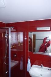 5.08-Duschkabine-Rot-farbene-Glasrückwand-raumbreite