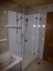 5.09-Duschkabine-mit-teilflächigen-Siebdruck-zur-Badewanne-Rückwände-auch-mit-Siebdruck