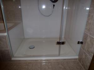 5.09a-Duschkabine-mit-teilflächigen-Siebdruck-zur-Badewanne-Rückwände-auch-mit-Siebdruck