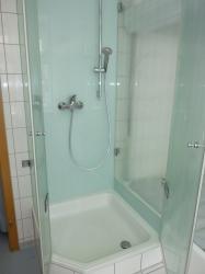 5.12-Glasrückwände-und-Duschkabine-3-seitig-bei-Sanierung-wegen-ausgewaschener-Zementfugen-auf-Rigipswand