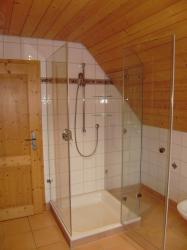 6.08-Duschkabine-3-seitig-Glas-eingebaut-in-Dachschräge