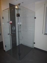 6.11-Bodenebene-Dusche-mit-Seitenwand-und-Doppeltüre