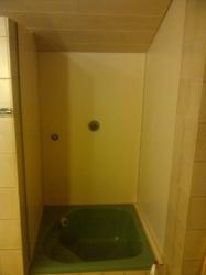 12.01a Nachher: an Duschwänden lose Fliesen entfernt und mit Kunststoffplatten ausgekleidet
