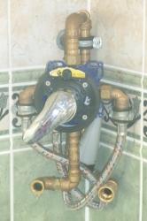 12.02b Vorher: Defektes Dusch-Eck-Panel entfernt und UP-Armatur in die Ecke eingebaut - mit Glas verkleidet zugleich oben Ablage für Duschgel