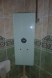12.02c Nachher: Defektes Dusch-Eck-Panel entfernt und UP-Armatur in die Ecke eingebaut - mit Glas verkleidet zugleich oben Ablage für Duschgel