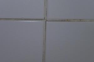 12.03b Vorher: defekter Fliesenbelag war undicht und drunter Rigips, Wasser tropfte durch die Decke