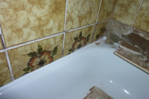 12.04a Vorher: unscheinbare kleine Risse in der Zementfuge beim Rigips verbergen meist einen großen Schaden im Untergrund