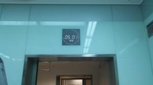 13.01 LED-Uhr hinter Glas in der Uni-Klink Eppendorf Hamburg