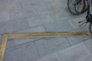 13.07a Die Schrannenordnung  am Schranneplatz in Memmingen, ca. 85 Meter Messingblech in den Granit geklebt