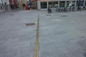 13.07b Die Schrannenordnung  am Schranneplatz in Memmingen, ca. 85 Meter Messingblech in den Granit geklebt