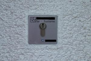 14.10 Neu eingebauten Schlüsselschalter abgedichtet und dem betehenden Putz bestens angeglichen