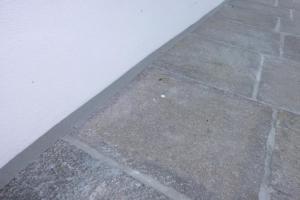 15.03 Überbreite 4cm Siliconfugen gesandete Ausführung am Steinbelag bei Terrasse