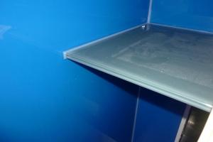 17-025-kratzfester-glastisch-op-hof