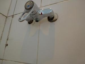 18.01d Die Blechrosette war auch nicht Dicht und füllte sich bis das Wasser in der Fliesenbohrung in die Wand lief