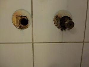 18.04a Nicht abgedichtete Armaturen geben dem Wasser freien Weg in die Wand