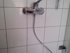 18.07 Fehlende oder defekte Zementfugen, als erstes:  Dusche sperren!