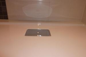 18.08 Nicht ausreichend befestigte Acrylwannen, die Wanne setzt sich noch mehr beim Duschen, der Spalt an der Fuge wirkt wie ein Ablaufrinne für das Wasser in die Wand