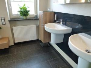 8.03a Glasrückwand Farbe anthrazit in Dusche hinter Waschbecken und auf Möbel rechts und links