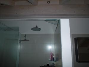9.10 Duschkabine geklebt mit Silicon - nur Schaniere aus Metall - Glasinnenbündig -  Glastrapez eingeklebt zur Stabilisierung