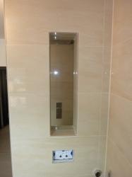 9.14 Glasscheibe eingeklebt als Ablage in der Wand und Fenster im Duschbereich